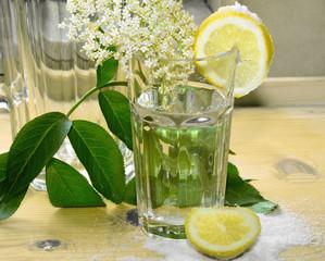 Hollunderblüten mit Zitrone und Zucker