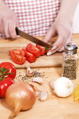 zubereiten von tomaten für italienische pasta