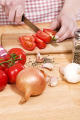 beim tomaten schneiden daneben zwiebeln und knoblauch