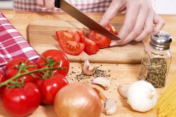 nahaufnahme beim zubereiten von italienischen pasta