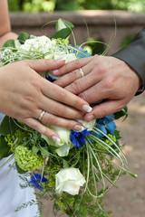 Brautpaar, Ringe & Brautstrauß hochkant