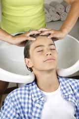Kind bei Haarwäsche 2