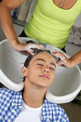 Kind bei Haarwäsche