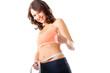 Diät - junge Frau misst Taille zum Abnehmen