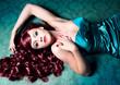 Diva mit rotem Haar liegt auf dem Fußboden / haircolors-10
