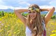 Sommer-Glück: Junge Frau mit Seidenband auf Blumenwiese