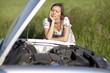 Frau nach Autopanne