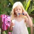 kleines Mädchen mit Seifenblasen