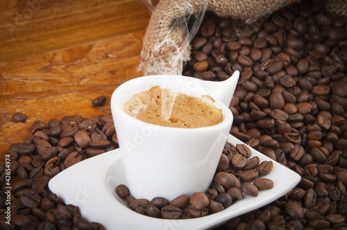 cup of hot coffee with beans -tazzina di caffè caldo con chicch