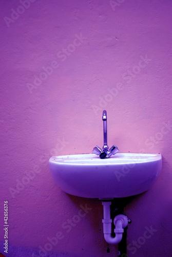 Waschbecken im Neonlicht