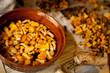kurki grzyb kurka pomarańczowy grzyby las czyszczenie mycie