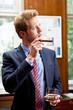 businessmann mit zigarre und drink