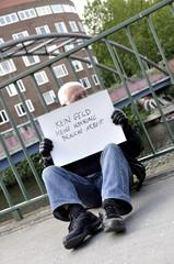 Alter Mann mit Schild sucht Arbeit