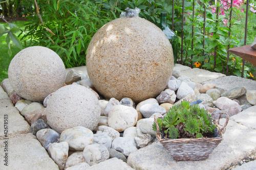 Hübscher Brunnen im Steingarten