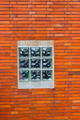 Ziegelwand mit Fenster