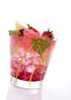 Cocktail mit Erdbeerbobas und Erdbeeren auf weiss