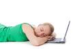 Attraktives Mädchen schläft neben Laptop