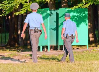 Сотрудники полиции контролируют порядок в зоне купания