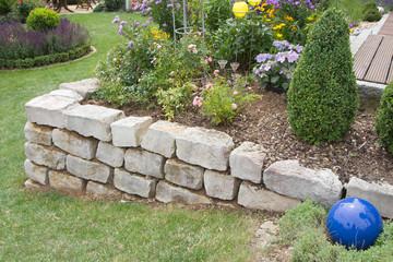 Trockenmauer im Garten als Hochbeet