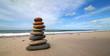 Turm aus Steinen am Strand