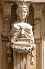 1880, statue de la façade du bar de la mairie à Nîmes
