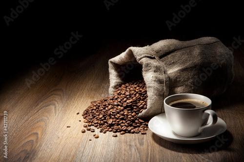Fili? Anka kawy z worek burlap pieczone fasoli na rustykalnym stole