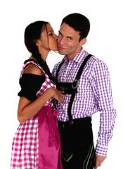 Küssendes bayerisches Paar - Lederhosen & Dirndl