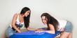 Freundinnen mit Massageliege