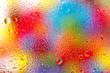 Wasserspritzer auf einer Scheibe mit buntem Hintergrund - 42726123