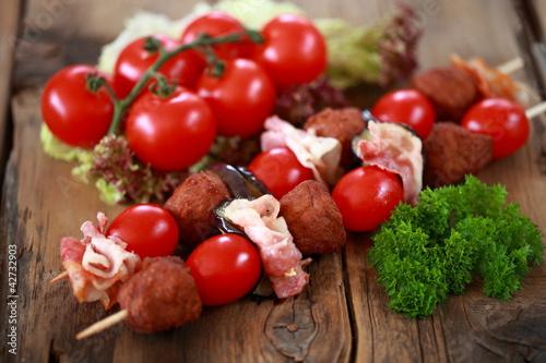Hackfleischspieße mit Bacon, Tomaten und Auberginen