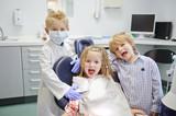 Kinder spielen Zahnarzt