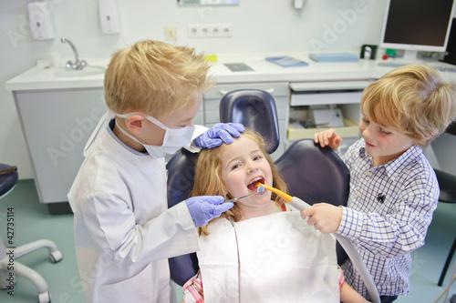 Kinder spielen Zahnarzt - 42735114