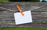 Zettel auf Holz mit Wäscheklammer
