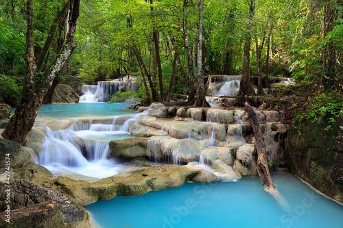 wodospad-miedzy-drzewami