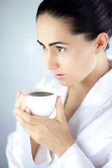 Młoda Piękna Kobieta Pijąca Aromatyczną Kawę z Białej Filiżanki