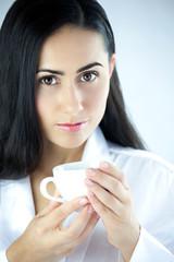 Piękna kobieta z kubkiem aromatycznej czarnej kawy