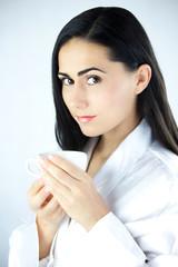 Piękna Kobieta z Filiżanką Gorącej Czarnej Herbaty