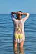 Jeune femme mouillée dans la mer
