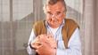 Senior hält Sparschwein fest