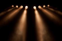 Huit spots divergentes dans la nuit