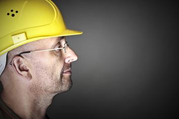 Freundlich kompetenter Handwerker mit Helm