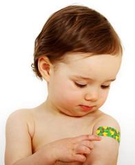 Kleinkind mit einem Pflaster am Oberarm