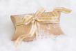 Weihnachtsgeschenk - golden verpackt