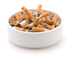 Popielniczka pełna wypalanych papierosów
