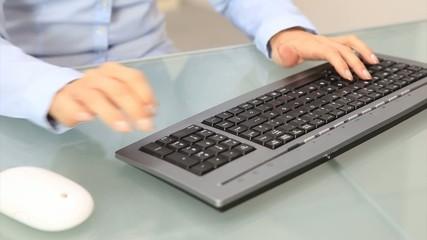 Frau schreibt auf einer Computer Tastatur