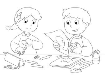 Bambini che giocano con carta, forbici, colla e pennelli.