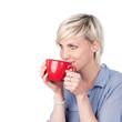 blonde frau trinkt aus roter tasse
