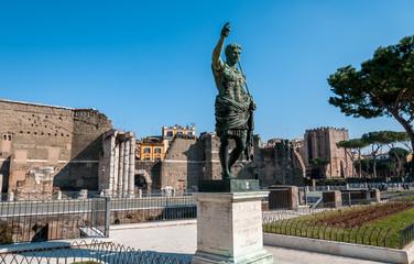Statue de César Auguste, Forum romain