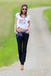 Jeune femme se promenant