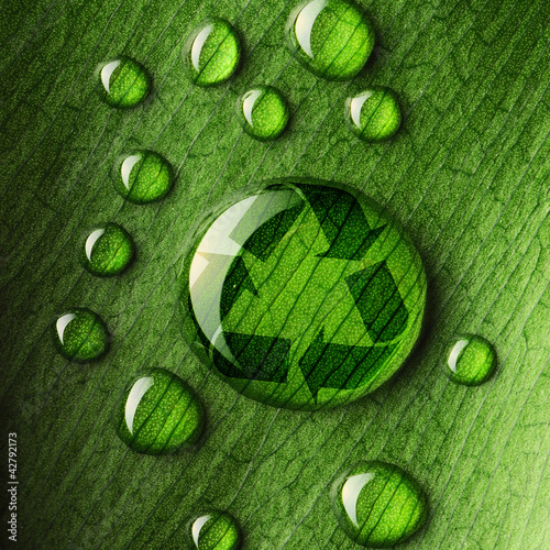 Papiers peints Texture Water drops on leaf and recycle logo